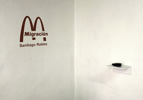Santiago Robles, Migración, Migration, Exposición individual, Solo exhibition, Arte, Arte visual, Art, Visual Art, Arte Contemporáneo, Contemporary Art, gráfica, Graphic, Object, Objetos, Mapeo, Maps, Caminata, Walk, Intervención, Intervention, McDonald's, Ronald Mcdonald's, Grana cochinilla, Rojo, Red, La Trampa, UNAM, Christian Barragán, Ernesto Alva, Dibujo, Drawing
