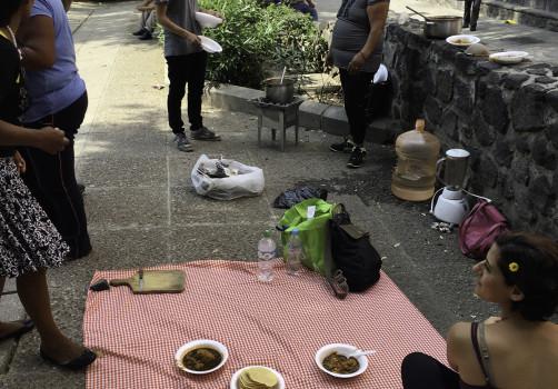 Santiago Robles, Seis comidas compartidas, Arte, Arte Contemporáneo, Intervención, Intervencionismo, Arte colaborativo, Ciudad de México, México, Plaza de la Alhóndiga, Trabajadoras sexuales, Jóvenes en situación de calle, Cocina, Cocinando, Cooking, Espacio público, Acequia real, sopa de tortilla